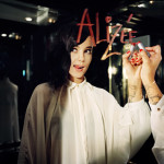 Alizee у зеркала